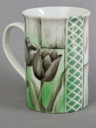 Decalcomanie en forme de tulipe sur tasse